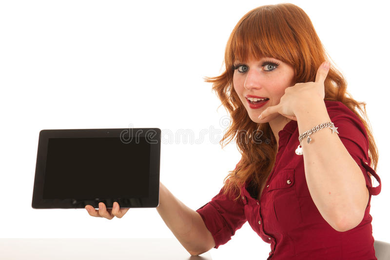 La femme montrant le comprimé et demandent à nous appeler photographie stock libre de droits