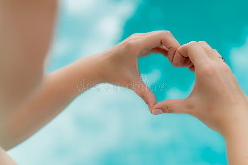 La femme montre le coeur à la main photographie stock