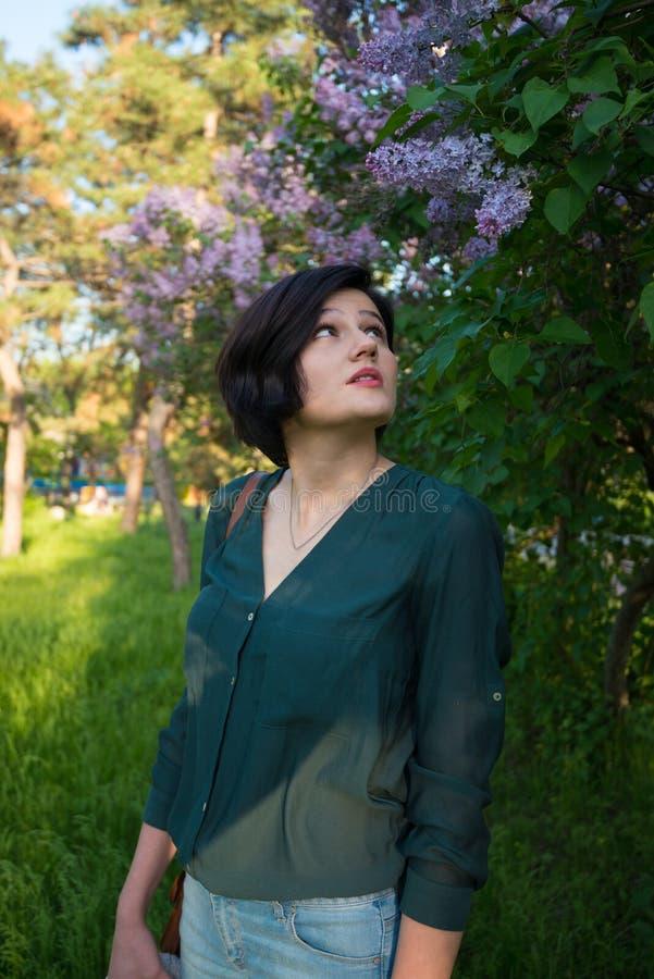 La femme multiraciale romantique admire les arbres fleurissants photos libres de droits