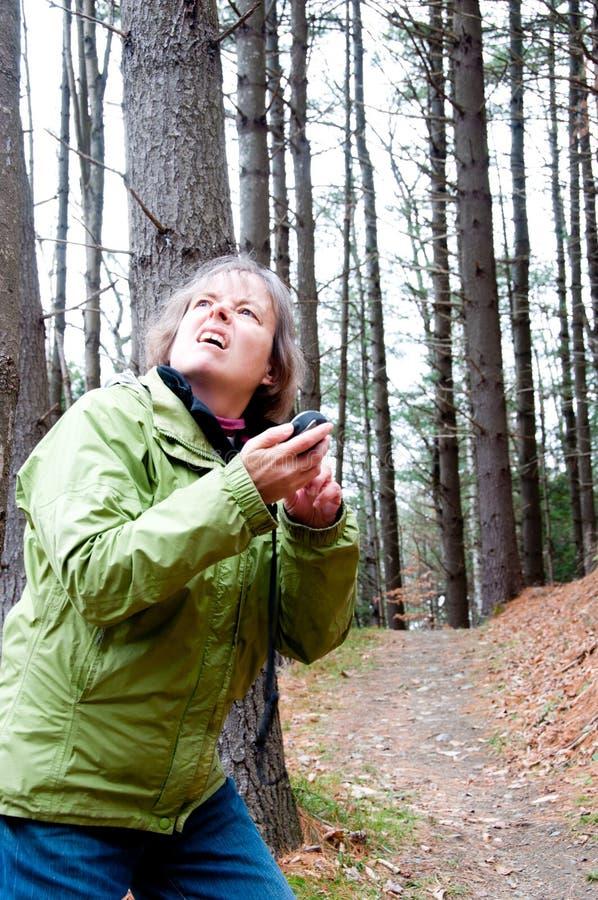 La femme ne peut pas trouver les satellites de GPS photo stock