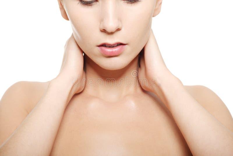 La femme nue touchant son cou, principaux et les épaules se ferment. photo stock