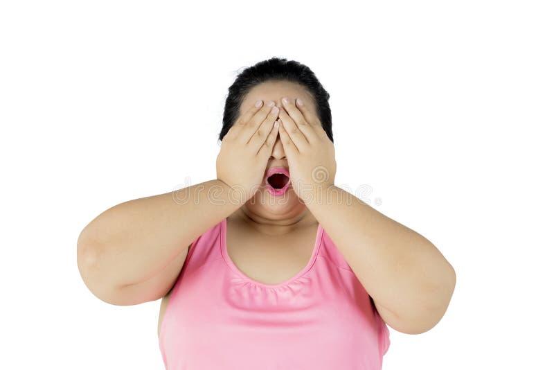 La femme obèse semble triste sur le studio image libre de droits