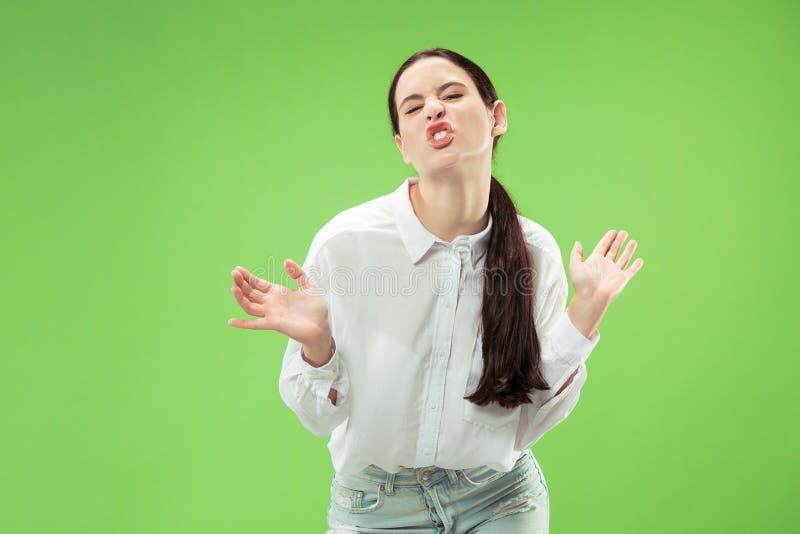 La femme observée par strabisme avec d'expression étrange d'isolement sur le vert photos stock