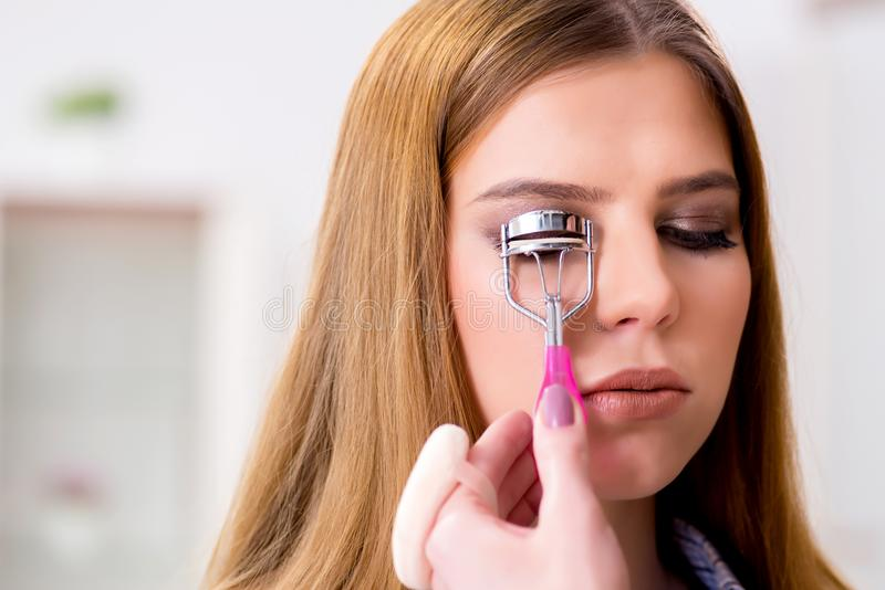 La femme obtenant ses cils faits dans le salon de beauté photos stock