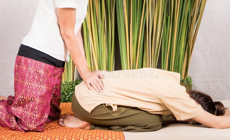 La femme obtient le traitement de massage sur ses hanches image stock