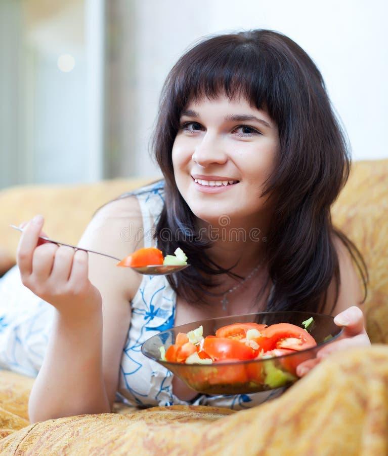 La femme occasionnelle mange de la salade images libres de droits