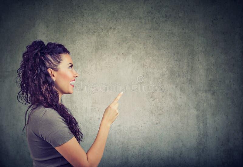La femme occasionnelle se dirigeant a une idée images stock