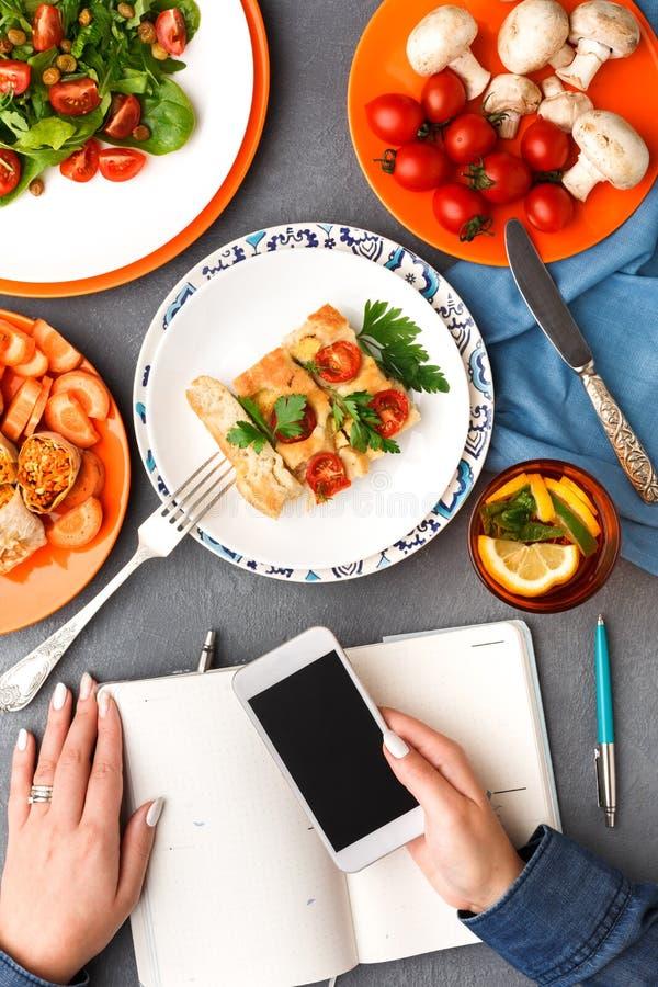 La femme ont une pause de midi avec la nourriture saine sur le fond gris, vue supérieure photographie stock libre de droits