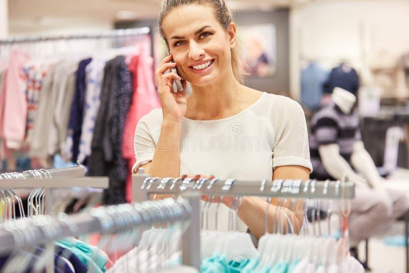 La femme parle au téléphone portable photo libre de droits