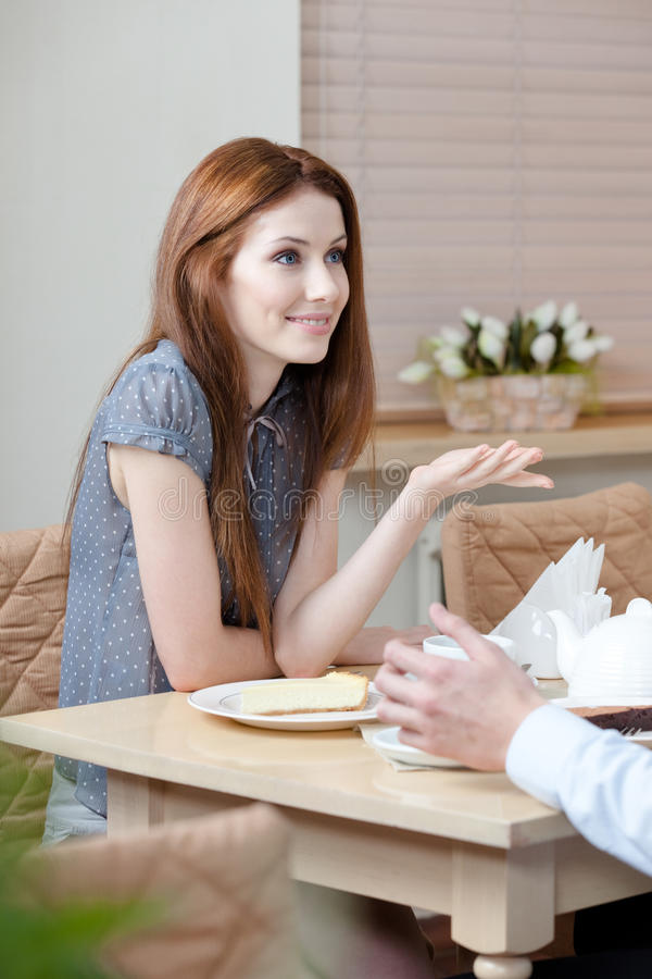 La femme parle avec l'homme au café photos stock
