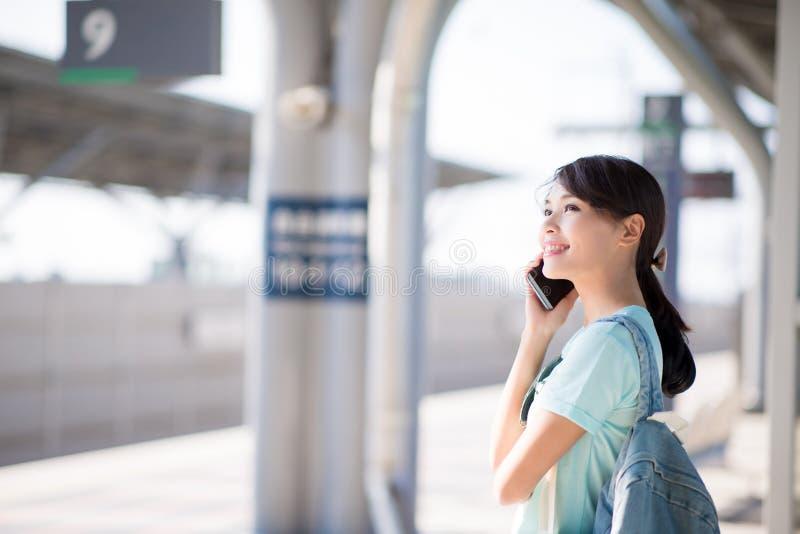La femme parlent du téléphone heureusement image stock