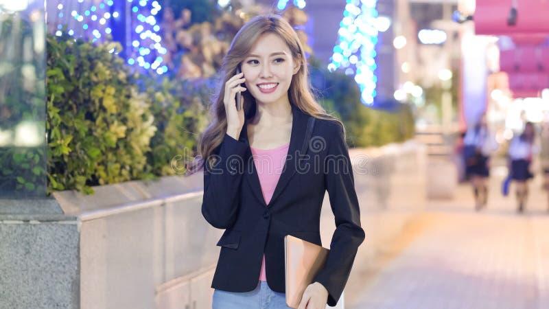 La femme parlent le téléphone image stock