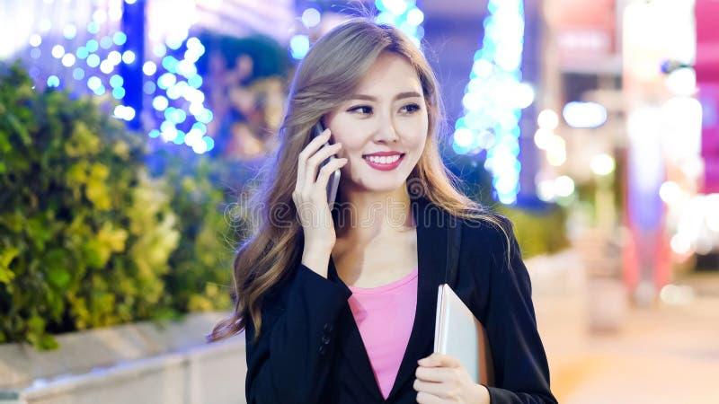 La femme parlent le téléphone photographie stock libre de droits