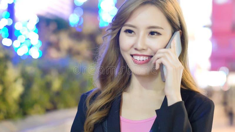 La femme parlent le téléphone images libres de droits