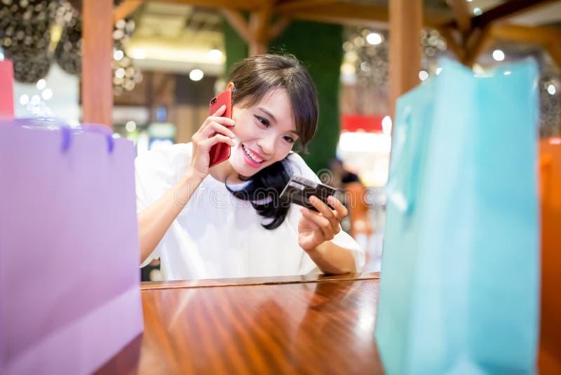 La femme parlent le téléphone heureusement photos libres de droits