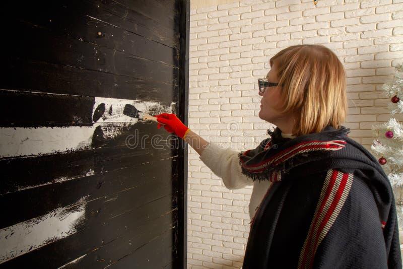 La femme peint le fond photos libres de droits
