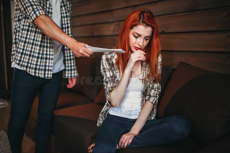 La femme pleurant, homme quitte la maison, querelle, conflit photographie stock