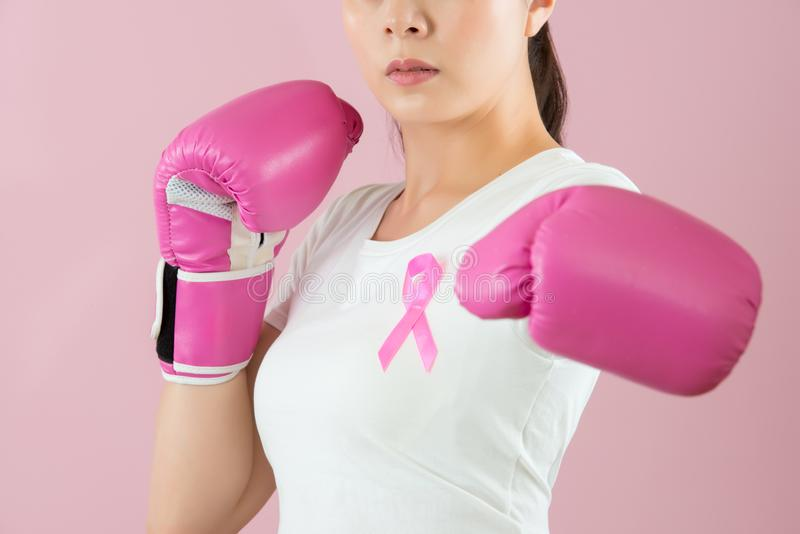 La femme poinçonnent pour contre le cancer du sein photo stock