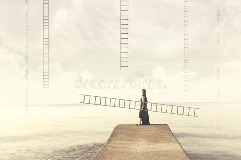 La femme porte son échelle personnelle pour s'élever dans le ciel photographie stock libre de droits