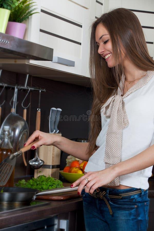 La femme prépare des légumes dans la cuisine photos libres de droits
