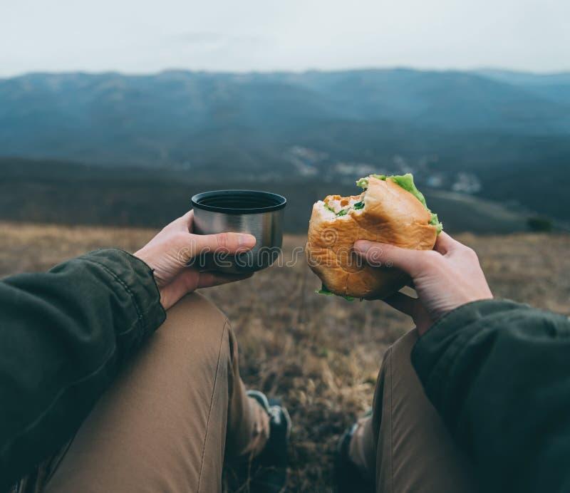 La femme prennent le déjeuner sur la nature photographie stock libre de droits