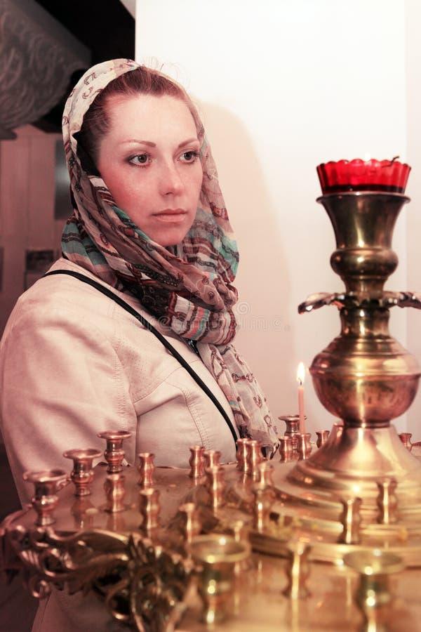 La femme prie dans l'église russe photos stock