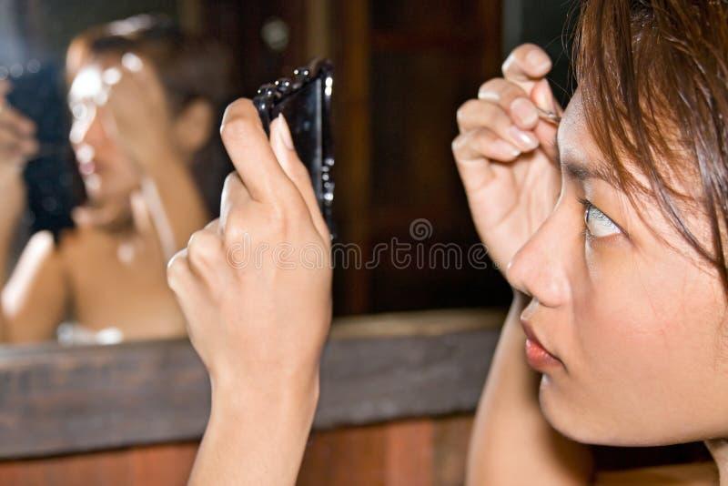 La femme règle des sourcils photos libres de droits