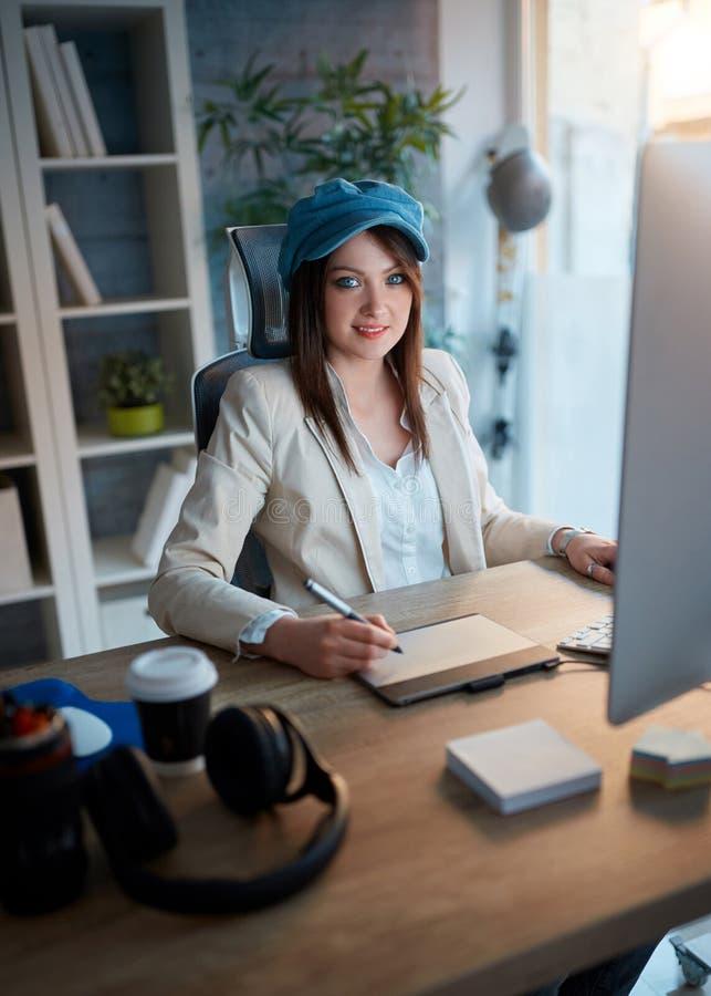 La femme réussie d'affaires est consacrée à sa carrière et l fonctionnant photo stock