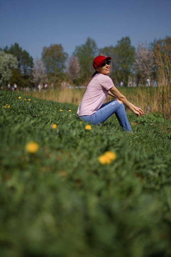 La femme r?ussie d'affaires appr?cie son temps libre de loisirs en parc avec les cerisiers de floraison de Sakura utilisant des j images libres de droits