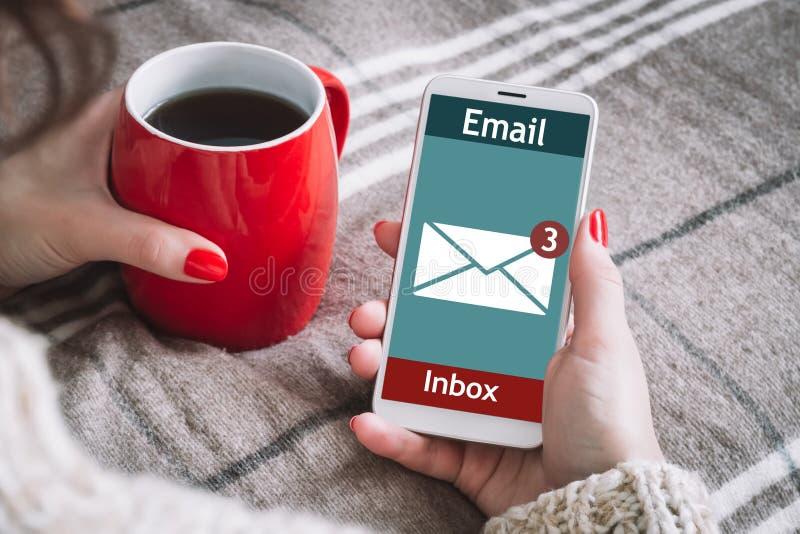 La femme a reçu un e-mail en ligne sur un téléphone portable Icône Message en ligne photographie stock libre de droits