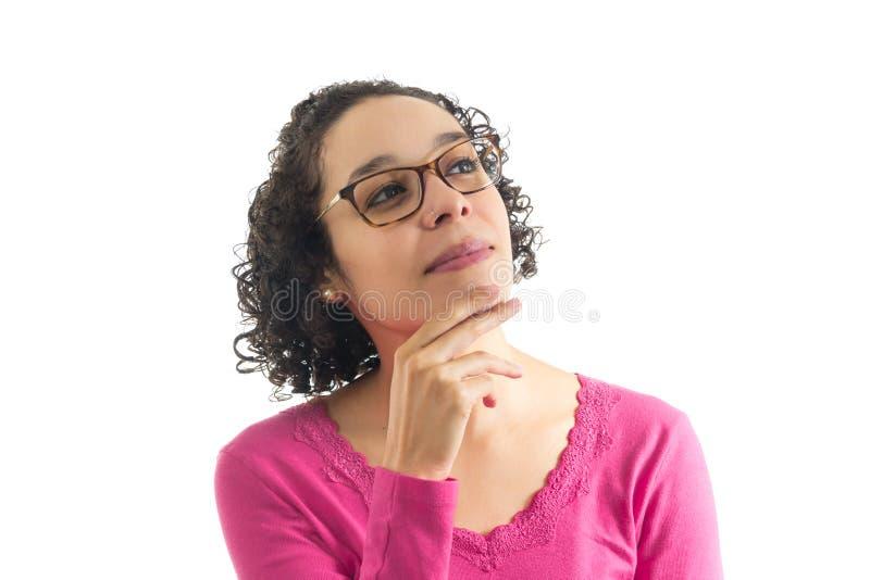 La femme recherche et pense à quelque chose Fond blanc images stock
