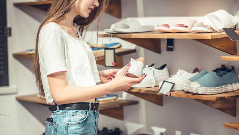 La femme recherche une nouvelle paire de chaussures photos stock