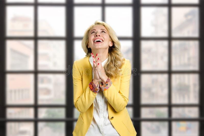 La femme reconnaissante heureuse a étreint des mains images stock