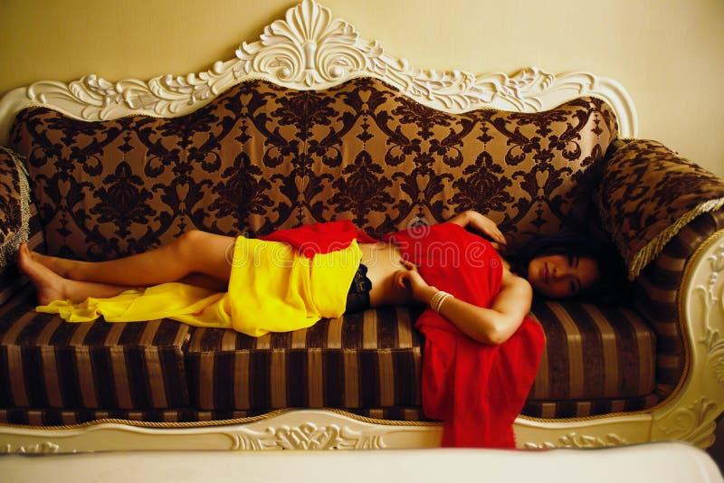 La femme recouvrent sur le divan photos libres de droits