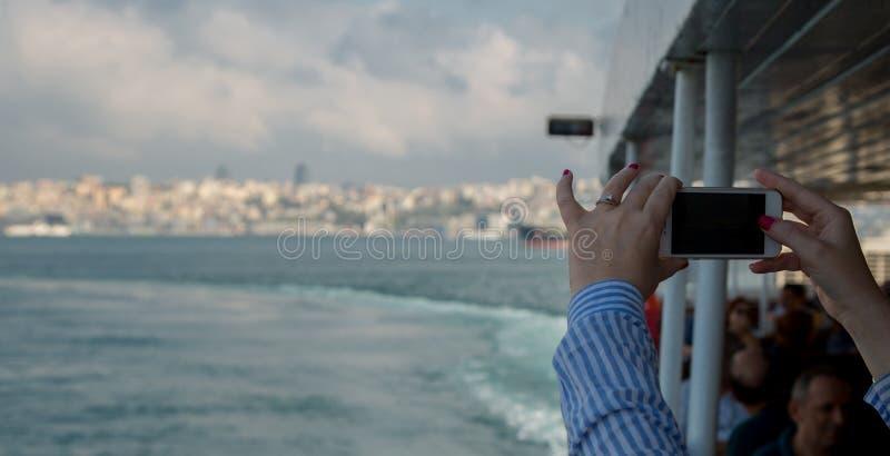 La femme regardant le smartphone horizontal avec l'écran vert prend des photos Fermez-vous vers le haut du tir des mains du ` s d images stock