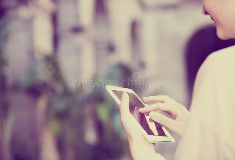 La femme regarde dans la carte de ville de téléphone photos libres de droits