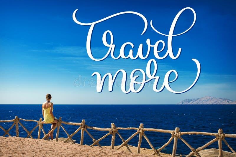 La femme regarde la mer sur l'île de Tiran, Egypte et voyage plus de texte Aspiration de main de lettrage de calligraphie images stock