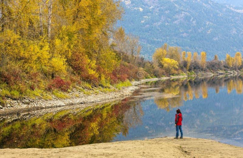 La femme regarde le paysage d'automne photographie stock