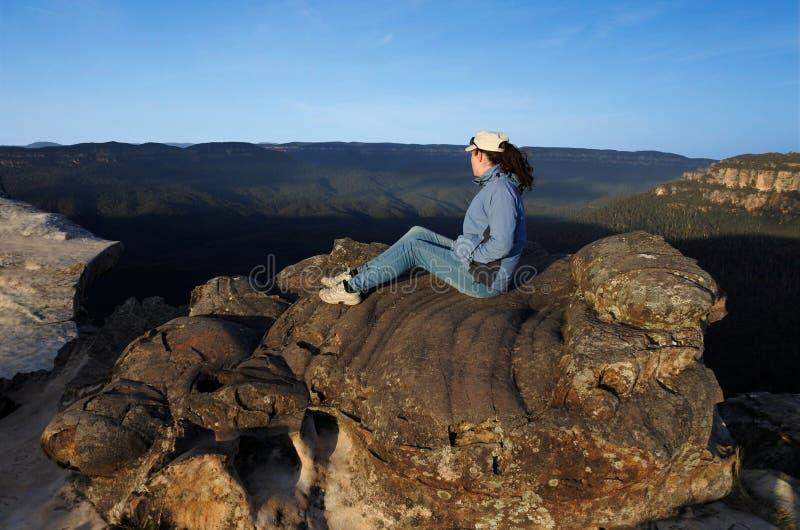 La femme regarde le paysage de Lincoln Rock Lookout des sunris photos stock