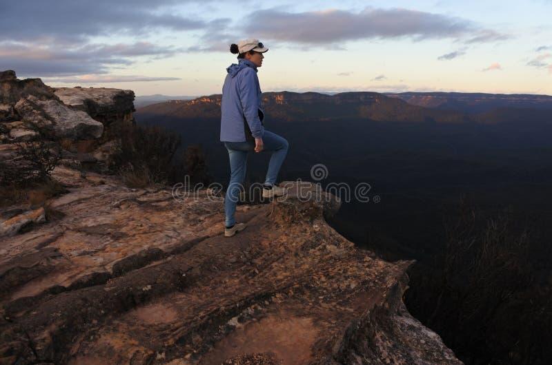 La femme regarde le paysage de Lincoln Rock Lookout le lever de soleil photos stock