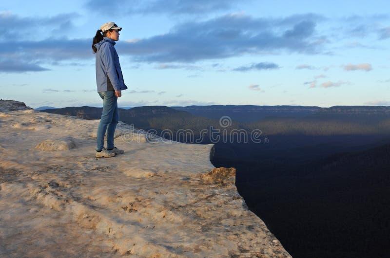 La femme regarde le paysage de Lincoln Rock Lookout le lever de soleil images stock