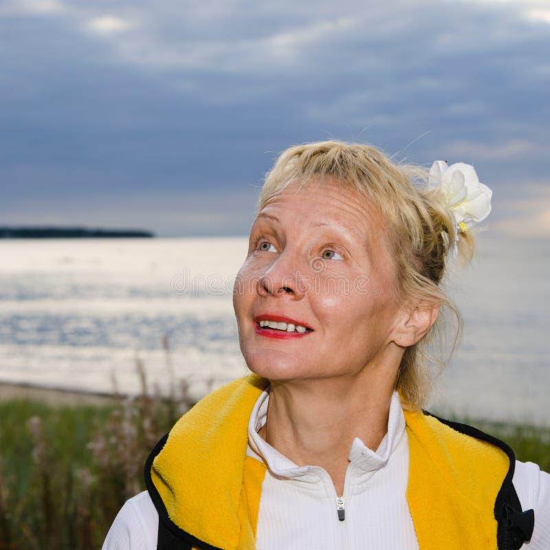 La femme regarde un ciel nuageux photographie stock libre de droits