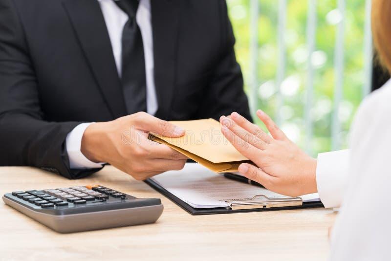 La femme rejetant l'argent dans l'enveloppe a offert par une femme d'affaires - c photos stock