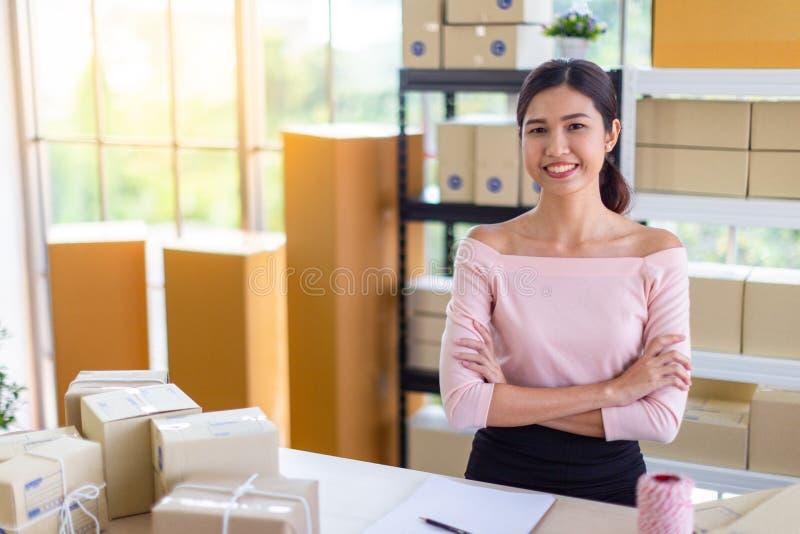 La femme remet la boîte de paquet des achats en ligne, livraison à domicile image libre de droits
