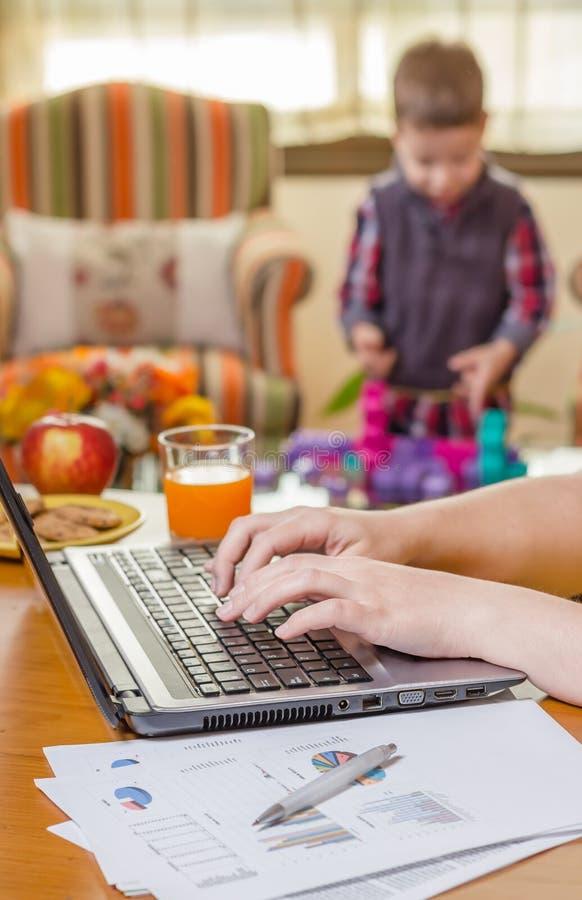 La femme remet l'écriture dans jouer de carnet et de garçon image stock