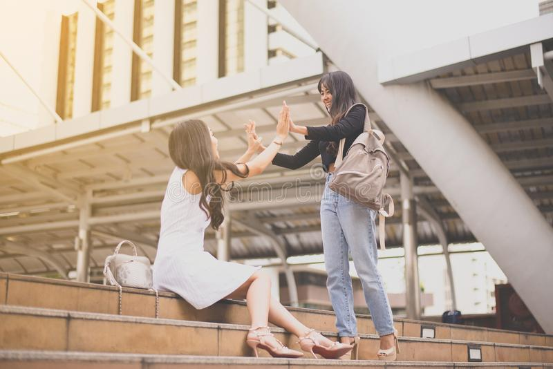 La femme remet la réunion, salutation heureuse de l'ami deux dans le CIT photo libre de droits