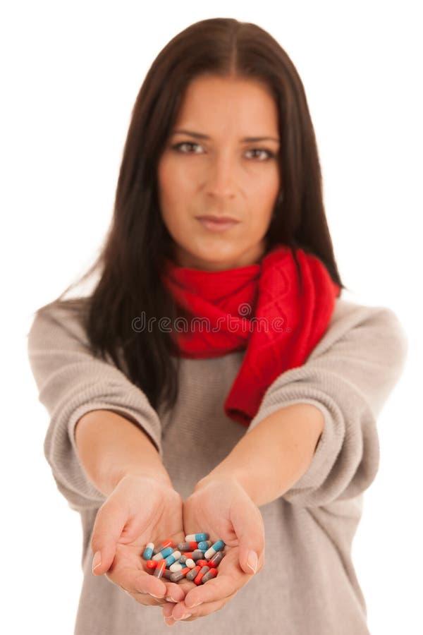 La femme remet tenir le groupe de pilules médicales d'isolement au-dessus de b blanc images stock