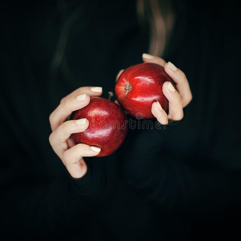 La femme remet tenir quelques pommes rouges, tir sensuel de studio photo libre de droits