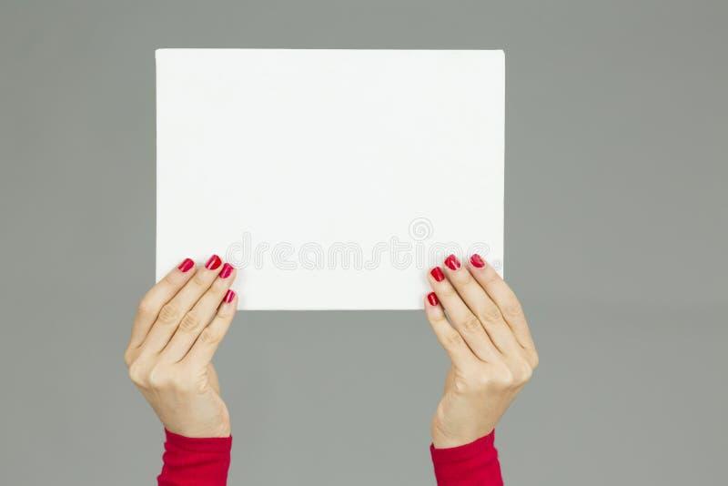 La femme remet tenir une affiche avec l'espace de copie image libre de droits