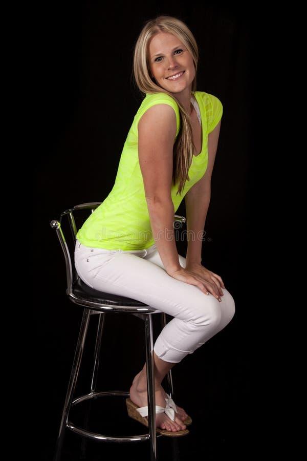 La femme reposent le vert en avant sur le noir photo stock